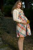 Beautiful cheerful pregnant blonde walks in the park. Portrait of a young pregnant woman — Stok fotoğraf