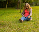 Beautiful pregnant blonde in nature. Portrait of a young pregnant woman — Stock Photo