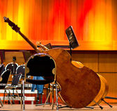 Contrabas op het podium voor een lege zaal — Stockfoto