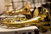 Trompa en la sala de conciertos. Instrumento de viento. Cuerno francés. Cuerno. Concierto de música clásica. Gran Orquesta Sinfónica — Foto de Stock