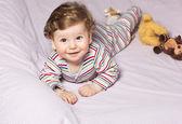 Piękne dziecko z pięknym toys.the dziecko w łóżeczku — Zdjęcie stockowe