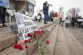 Mourning bouquet at the rally dedicated to Boris Nemtsov murder, Voronezh, Russia. — Stock Photo
