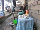 Ethiopian woman prepares a coffee on a street in Harar, Ethiopia. — Stock Photo