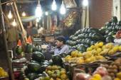 Vendor sells fruits and vegetables at a street market in Indore, India. — Stock Photo