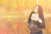 Young pretty woman in autumn park young. — Stock Photo