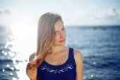 Close op of young woman posing on the beach — Stock Photo