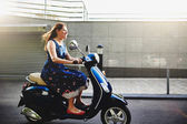 Jovem mulher andar de scooter — Fotografia Stock