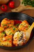 ぬいぐるみキャベツ米ロールし、キノコのトマト煮込み。dolma、sarma、または golubtsy - 多くの国の伝統的な料理 — ストック写真