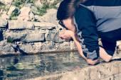 питьевая вода молодой девушки — Стоковое фото