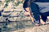 Água potável de menina jovem — Fotografia Stock