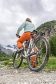 Cyclist getting ready to start — Stock Photo