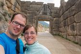 Happy couple posing in front of Lion gate. — Stock Photo
