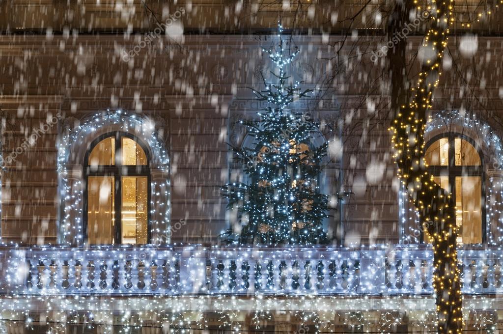 Fachada del edificio con luz decoración árbol de Navidad durante ...