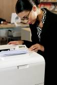 Business woman with copy machine — Stock Photo