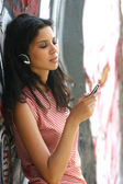 Girl listening to MP3 player on — Stock Photo