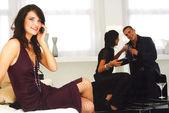 Kobieta mówi na telefon komórkowy — Zdjęcie stockowe