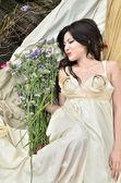 Młoda piękna kobieta z zewnątrz kwiaty — Zdjęcie stockowe
