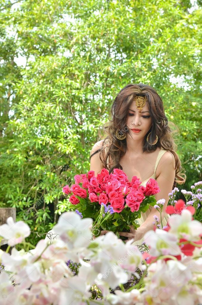 fotos de um jardim lindo : fotos de um jardim lindo: um lindo jardim de flores — Fotografias de Stock © just2shutter
