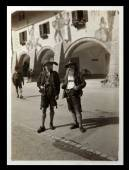 Vintage photo: male posing in Bavarian costumes — Foto Stock