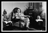 Vintage photo: housewife in an interior — Foto Stock