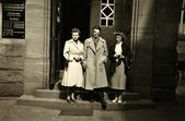 Vintage photo: people posing outside the clinic — Foto Stock