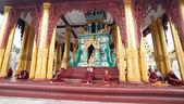 Mnichów buddyjskich w świątyni Shwedagon, Yangon, Myanmar — Zdjęcie stockowe