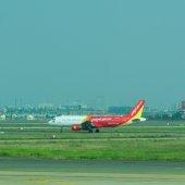 Civila flygplan parkering på Tan Son Nhat International airport — Stockfoto