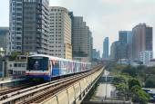 BTS Skytrain on elevated rails — Stock Photo