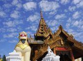 Large lion guardian statues at Shwedagon pagoda — Stock Photo