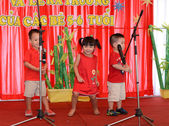 Kids singing with a microphone on stage — Stock Photo