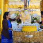 Buddhist devotees bathing Buddha statues at Shwedagon Pagoda — Stock Photo #76235281