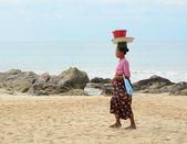 Burmese woman selling fresh fruits on Ngapali beach — Stock Photo