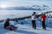 Skiers watching sunset — Foto de Stock