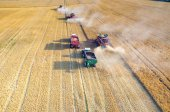 Kombajny a traktory, pracující na poli pšenice — Stock fotografie