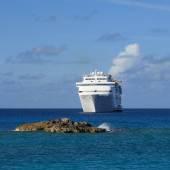 Cruzeiro navio ancorado na costa — Fotografia Stock