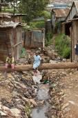 Kids playing near filthy water, Kenya — Stock Photo