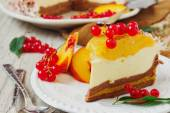 Cake with peaches and red currants — Foto de Stock