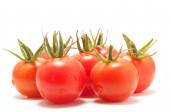 Close-up van kleine cherry tomaten op witte achtergrond — Stockfoto