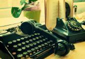 Telefone vintage e velha máquina de escrever — Fotografia Stock