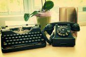 Vintage phone and old typewriter — Stok fotoğraf
