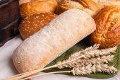 Gebackene Brötchen mit Weizen-Ohren — Stockfoto