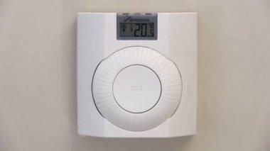 Att höja temperaturen på en termostat för centralvärme — Stockvideo