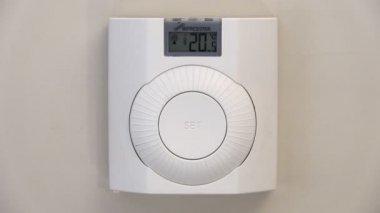Sänka temperaturen på en termostat för centralvärme — Stockvideo