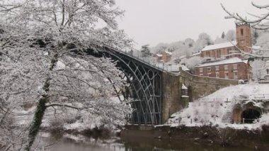 Die Stadt Ironbridge schneebedeckt. — Stockvideo