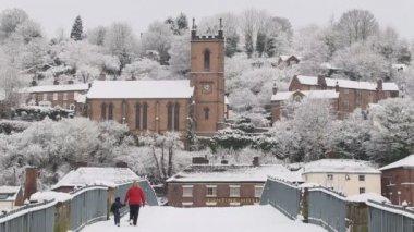 有人穿过雪覆盖铁桥梁 — 图库视频影像