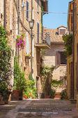 阳光明媚的意大利城市皮恩扎在托斯卡纳街道 — 图库照片