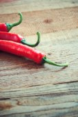 Very spicy peppers, chili, cayenne, jalapeno, peperoncino on woo — Foto Stock