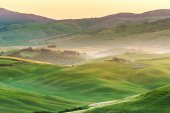 Tuscan landscape at sunrise in silence and colors of peace — Stock Photo