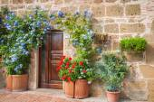 The door in the alley of the old Tuscan town, Italy — Stock Photo