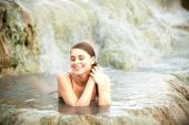 Pretty young woman takes a bath in the natural thermal waters of — Stock Photo